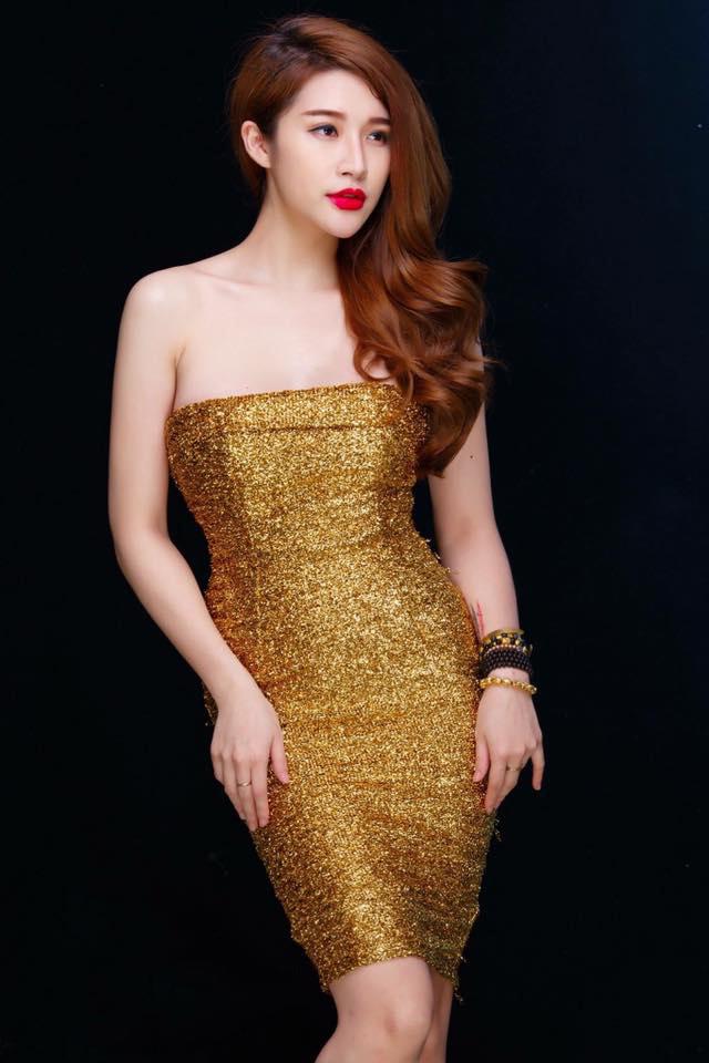 Đầm ôm kim tuyến lấp lánh