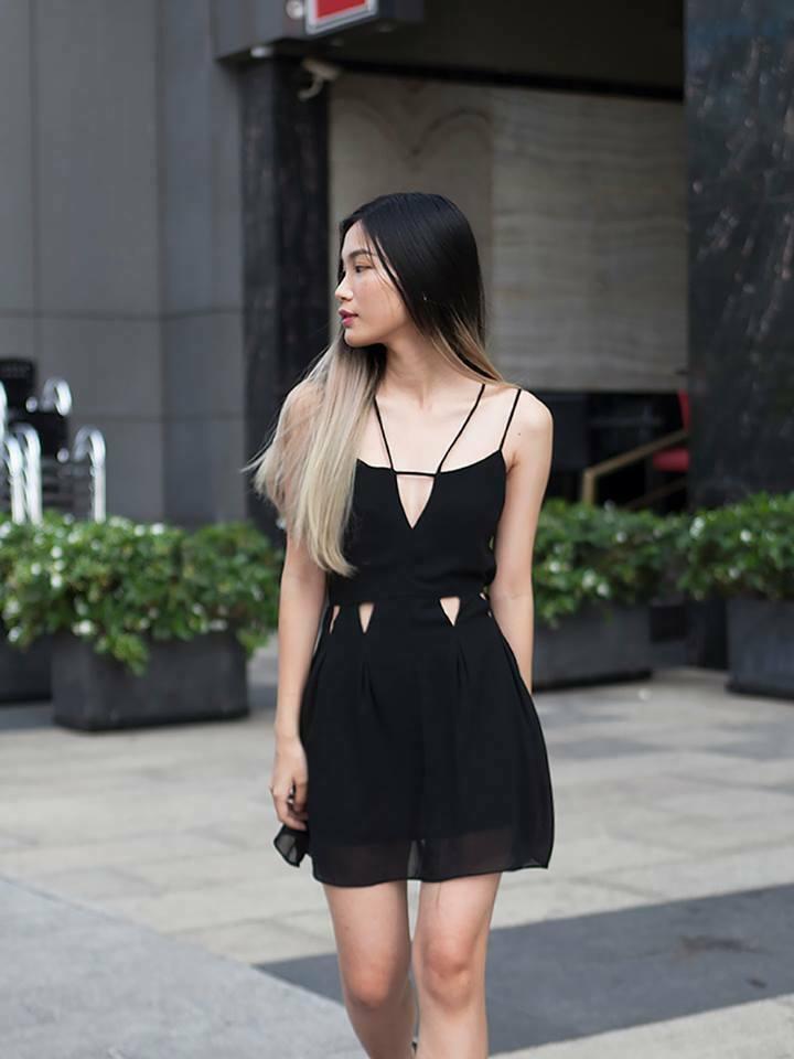 Đầm voan xòe khoét eo tam giác màu đen
