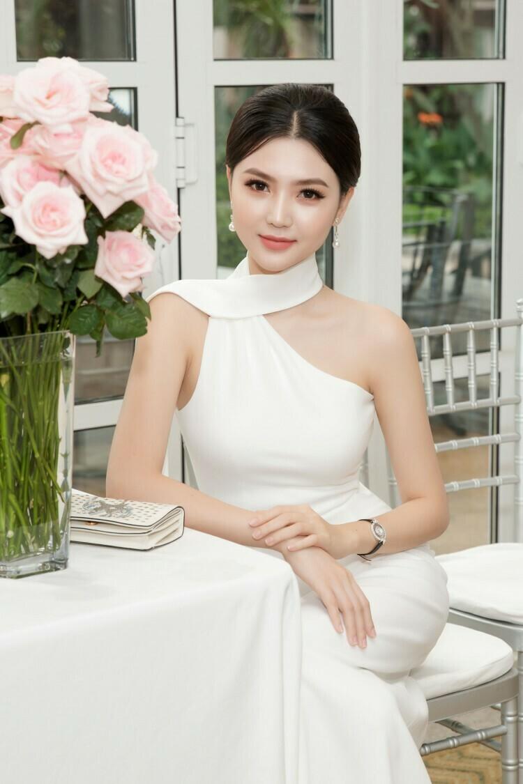 Đầm dạ hội màu trắng đơn giản mà quyến rũ vô cùng