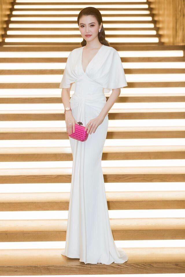 Đầm dạ hội trắng tay cánh dơi vô cùng sang trọng